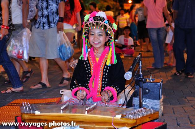 Jeune musicienne en Thaïlande