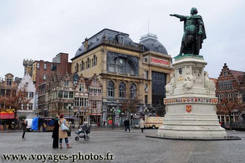 Vrijdagmarkt est la plus grande place de Gand.